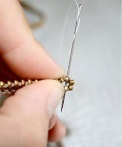 молнию нужно загнуть с одного конца вовнутрь на 3-5 мм и прошить ниткой