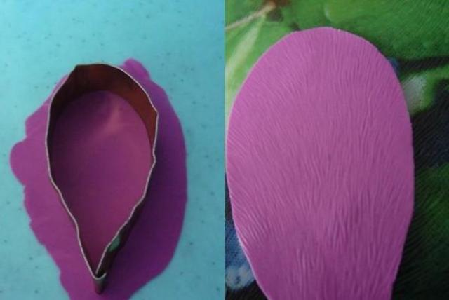 Раскатываем фарфор также как тесто. Вырезаем лепесточки железной формой.