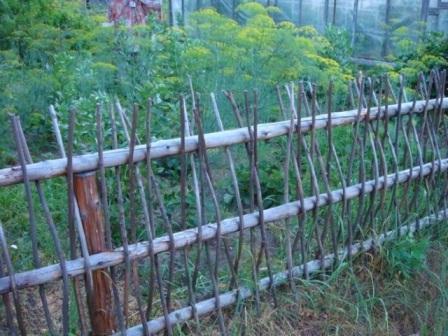 Как сделать плетёный забор своими руками на дачу - статья, в которой рассматриваем несколько видов плетени, и как ее можно сделать самостоятельно по фото.