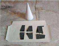 Вырежьте из картона лопасти для кормовой части, которые будут выполнять функцию рулей поворота