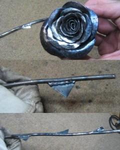 Привариваем бутон розы к её стеблю, аккуратно зачищаем в местах соединения