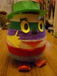 Поделка - яйцо, украшенное нитками для вязания