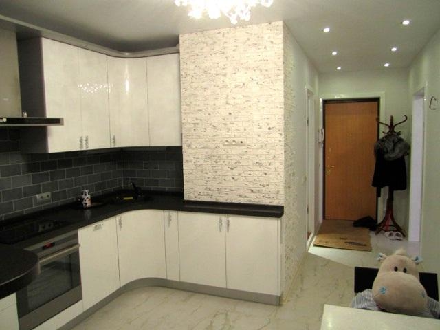 Гипсовая плитка подойдет для оформления помещения, выполненного в любом стиле: хай-тек, модерн, барокко, классический и другие.