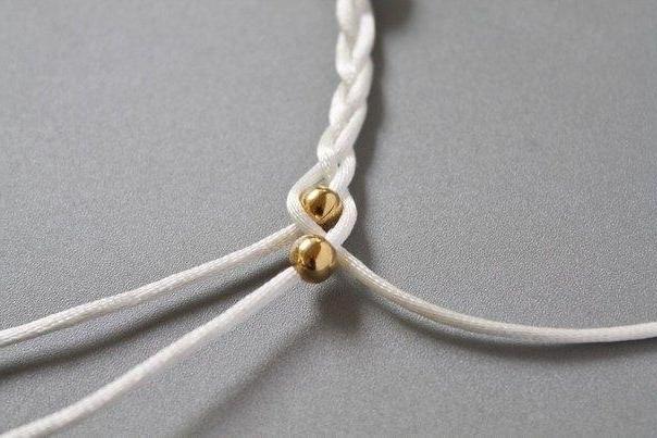 Основной материал для изготовления браслета необходимо разделить на три равные части по 30 сантиметров каждая