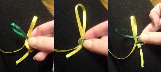 Далее, на каждой из ленточки нужно сделать петлю, диаметр которой приближен к 10 сантиметрам.