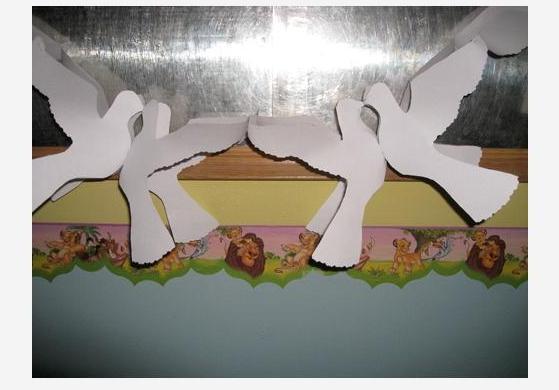 Количество вырезанных голубей зависит от желаемой длины гирлянды. Можно сделать прорези в теле голубя, чтобы поделка получилась оригинальной.