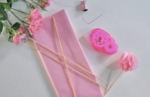 Отрежьте от сложенного листа папиросной бумаги полоску шириной 5-6 см.