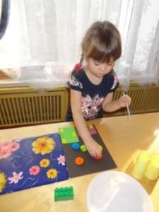 Пусть дети кисточкой наносят ПВА на готовые фейерверки и наклеивают их в свободном порядке