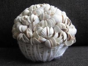 Когда дойдёте до середины, вставьте в шар деревянную палку – ствол дерева из ракушек