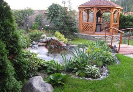 Любители журчания воды, тишины и спокойствия могут расширить площадь беседки, оформив вокруг неё небольшой водоём