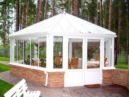 Многие дачники специально делают домики закрытого типа, чтобы их удобно было эксплуатировать в зимнее время