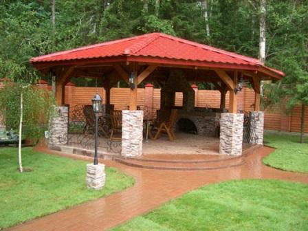 Поэтому часто опоры и столбы выполняют из камня или кирпича, а крышу – из дерева
