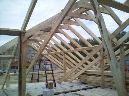 огда кладка стен подошла к концу по их верху следует проложить пояс из арматур и бетона, он необходим для возведения крыши