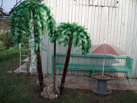 Оригинально смотрятся на приусадебном участке пальмы из пластиковых бутылок