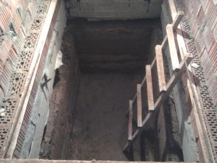 Затем необходимо смастерить лестницу. Её можно изготовить из арматуры, а в кольцах, в которые будет вставляться лестница, необходимо просверлить отверстия.