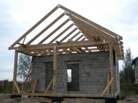 Выгнать постройку из шлакоблока экономически выгодно, нежели из кирпича или дерева, а процесс займет времени в разы меньше