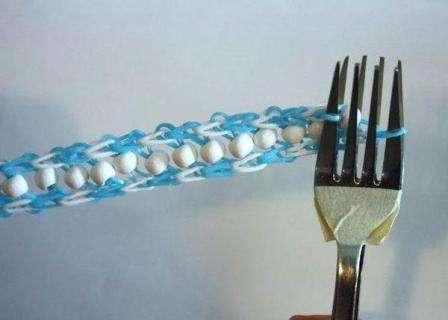 Таким образом плетение повторяют до тех пор, пока браслет не станет нужной длины