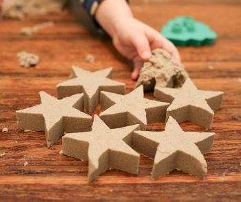 В этой статье мы расскажем, как сделать цветной кинетический песок своими руками