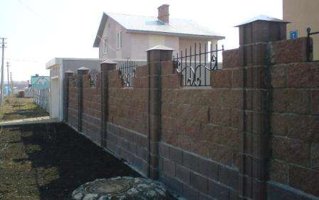 комбинация ковки и заборных блоков
