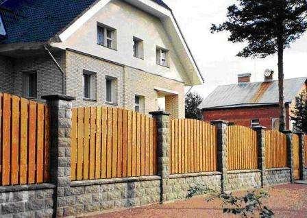 комбинированный забор с кирпичными столбами фото
