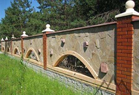 каменная ограда с ковкой