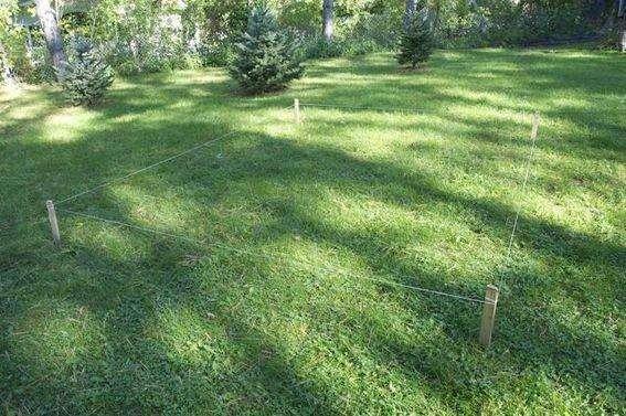 Выберите место на участке, где будет расположена пергола, и с помощью колышков и нитки отмерьте прямоугольник длиной 3 метра и шириной 2,6 метра
