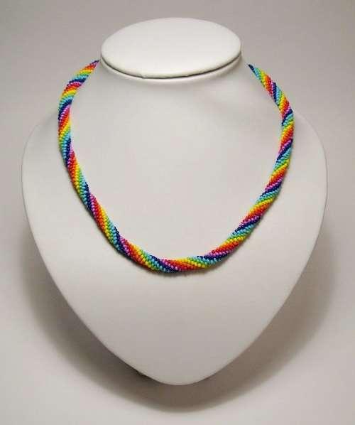 Если продолжить плетение, то браслет можно превратить в яркое и радужное украшение на шею
