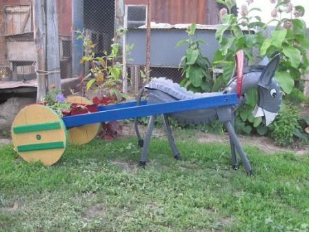 цветник - лошадка из шин
