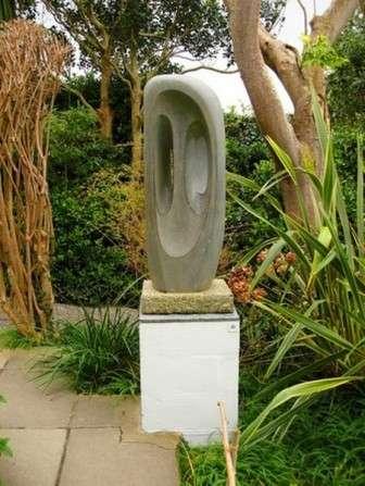 каменная фигура дачного ланшафта