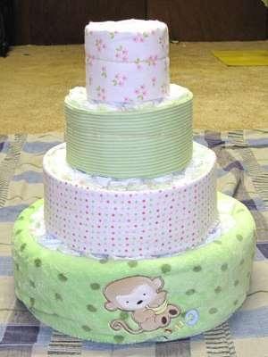 Чтобы скрыть памперсы, присыпьте торт искусственной травой