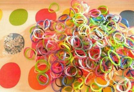 Плетение браслетов похоже на вязание нитками, только функцию спиц могут выполнять разные элементы: карандаши, вилки, рогатка, станки или даже собственные пальцы