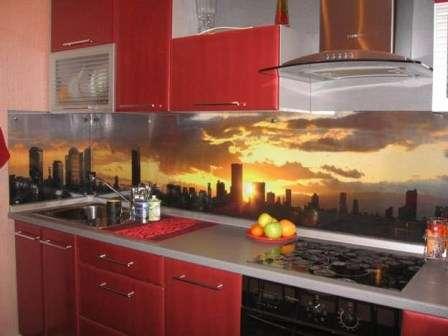 Многие дизайнеры часто используют именно триплекс для декорирования кухонного фартука