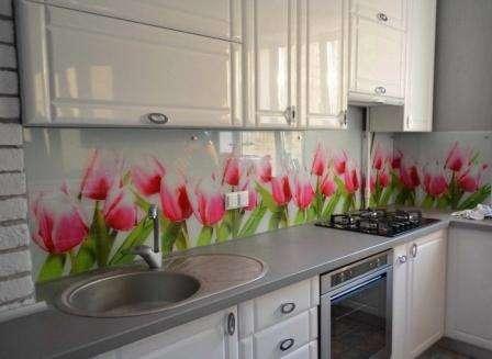 Скинали, или иными словами кухонный фартук, изготавливаются из стекла. Для этого производители используют несколько видов стекла
