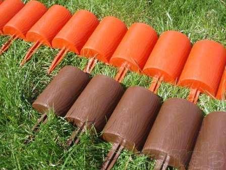 Сделать оградку для клумбы можно как из мягких, так и из твердых материалов.