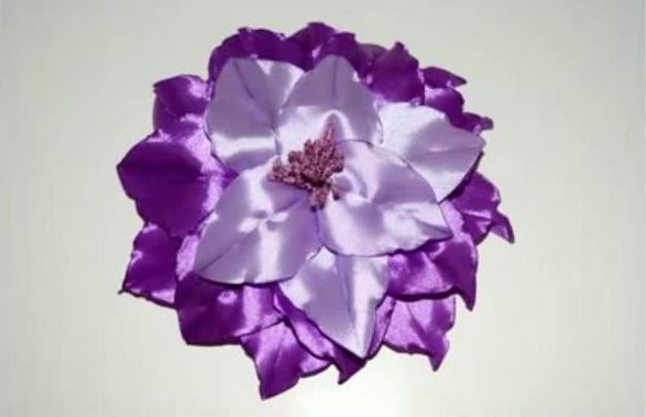 Лилия - брошь из атласных лент