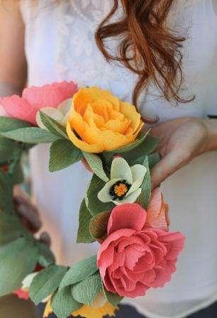 венок с цветами из гофрированной бумаги