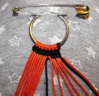 При желании получить браслет, нити на кольце должны быть завязаны узелком