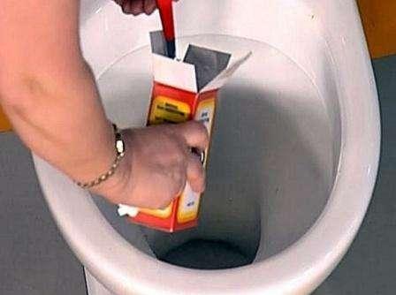 Когда загрязнения и нечистоты сняты, можно воспользоваться ёршиком, и потом всё смыть.