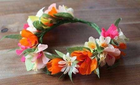 Веночек из цветов станет идеальным дополнением наряда, будет сочетаться с лёгким летним платьем и естественным макияжем