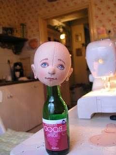 Чтобы было удобно рисовать, наденьте голову на бутылку