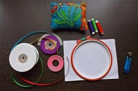 Для вышивки лучше использовать ленты шириной 5 мм.