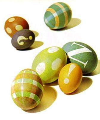 Красим яйца с помощью трафарета