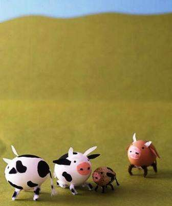 Делаем из пасхальных яиц настоящее коровье стадо