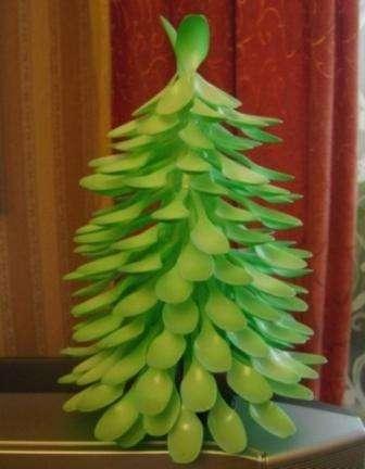 Новогодние поделки - елка из пластиковых ложек