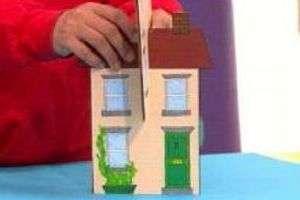 Когда краски высохнут, вставьте заготовки одну в другую и ваш дом будет устойчивым. Для композиции «Мой город» нужно сделать несколько домов. Не забывайте и за пригородную территорию.