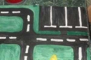 Ватман послужит городской и пригородной территорией, поэтому раскрасим его зеленым цветом - это будет трава, нарисуем озеро синей или голубой краской и асфальтированные дорожки серым. А когда поставим домики, то можно будет нарисовать т