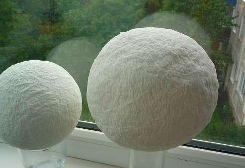 Отдельно подготовьте шарик для топиария. Вы можете его сделать в технике папье-маше, из ниток или воспол