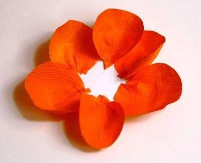 Последний момент – это оформить основу цветка. Нужно взять гофрированную бумагу и обрезать из нее полоску, сложите ее вдвое и на одном конце сделайте бахрому