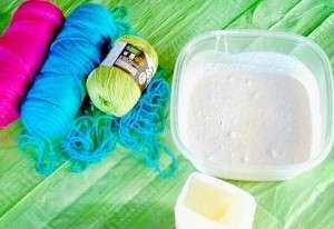 Приготовьте клеевую основу: смешайте клей, крахмал и добавьте небольшое количество воды