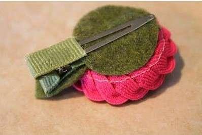 Возьмите плотную ткань и вырежьте из нее среднего размера круг. Закрепите его клеем на заготовке